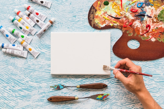絵画材料に囲まれたトップビューのキャンバス