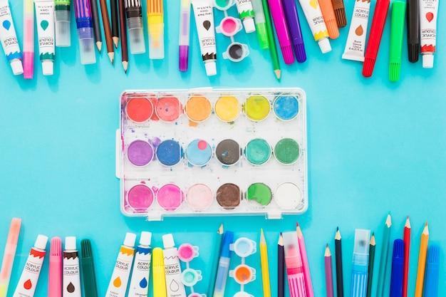 塗料を使用したトップビューの水彩パレット