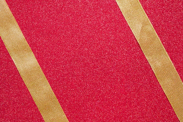Две параллельные ленты на красном фоне