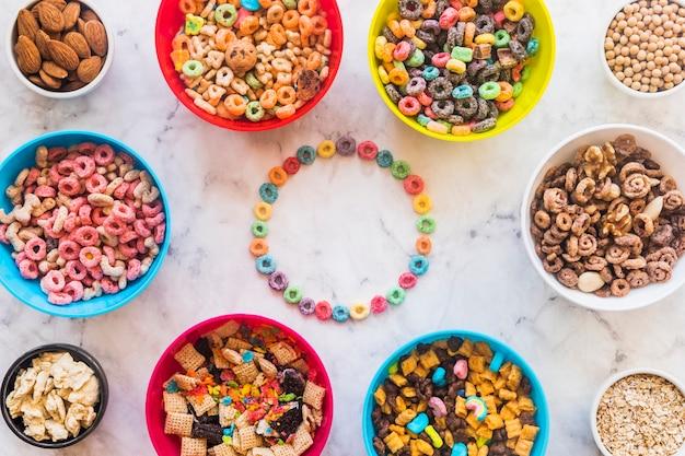 明るい穀物から丸いフレーム、テーブルにボウル