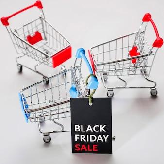 Пустые тележки супермаркета с биркой продажи