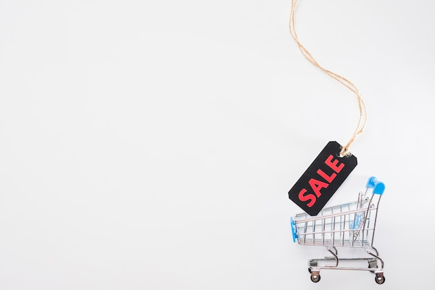 Игрушечная корзина супермаркета с меткой продажи