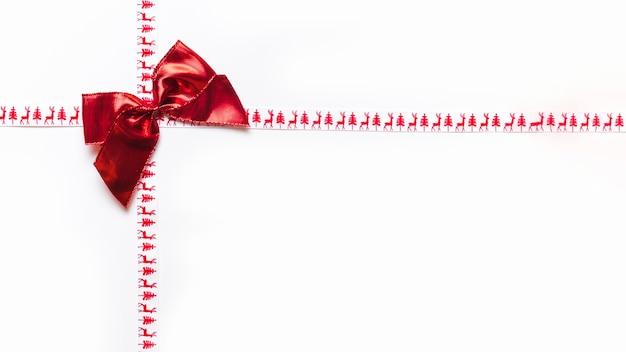 白い背景に赤いリボンの弓