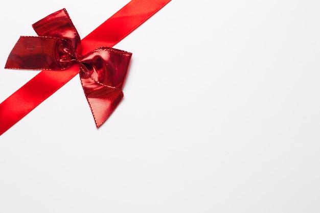 明るい弓の赤いリボン