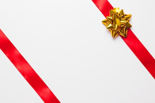 金の弓の付いた赤いリボン