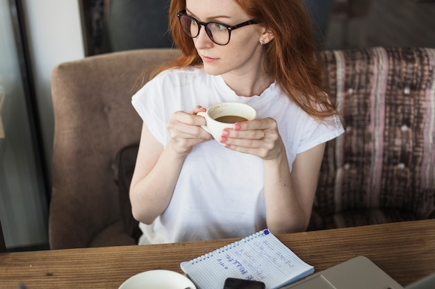 テーブル、コーヒー、カップ、若い