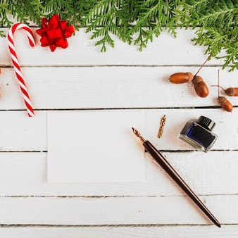 紙とペンの近くのクリスマスデコレーション