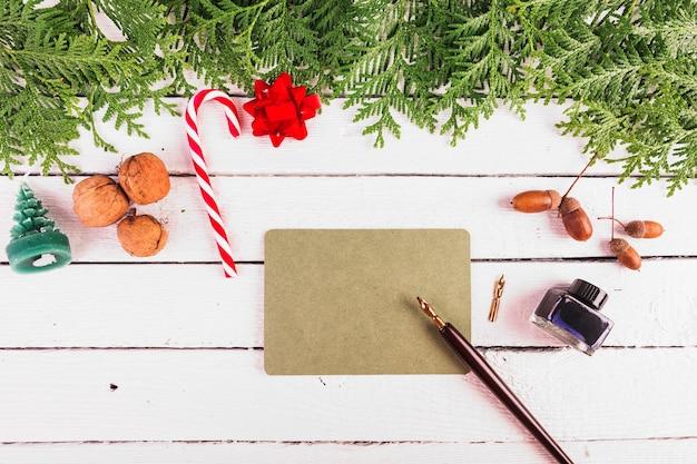 カートンのサインとペンの近くのクリスマスの装飾