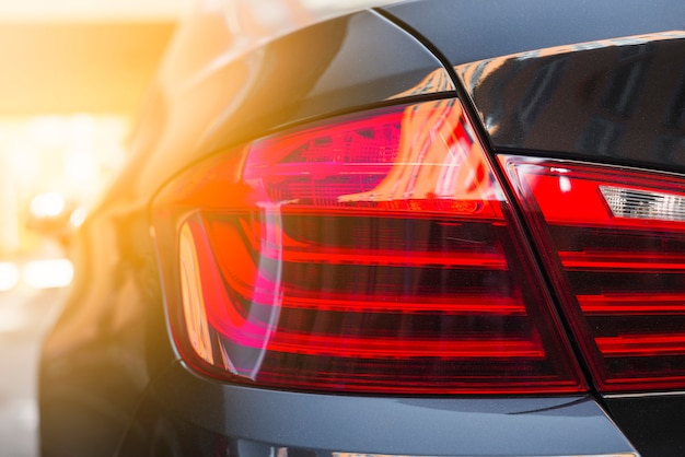 新しい黒い車の後ろのライト