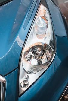 青い車のヘッドライトを導いた