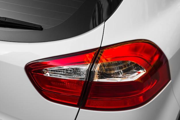 Задняя часть белого автомобиля с задним светом
