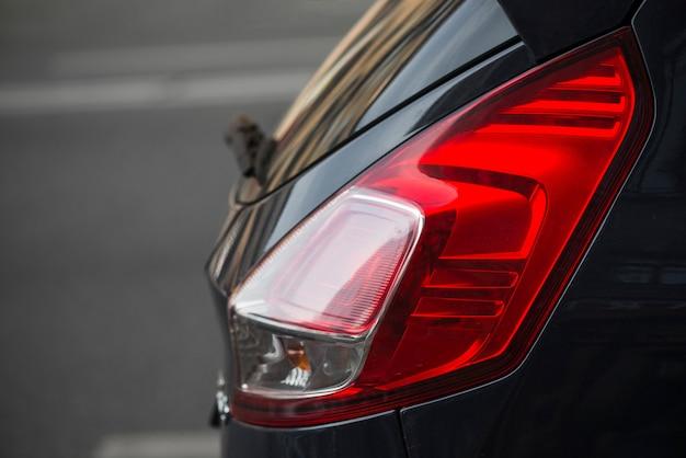Задняя часть темного автомобиля с задним освещением