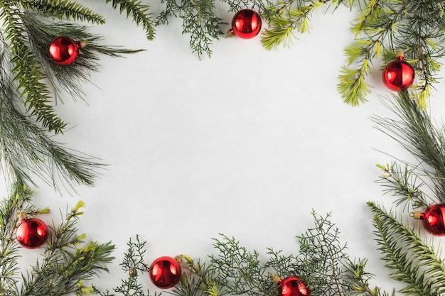 赤い球で枝のクリスマスの組成