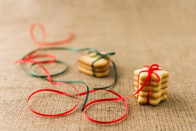 明るいリボンのあるクッキー