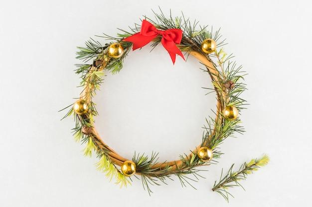 テーブル上のクリスマスの花輪