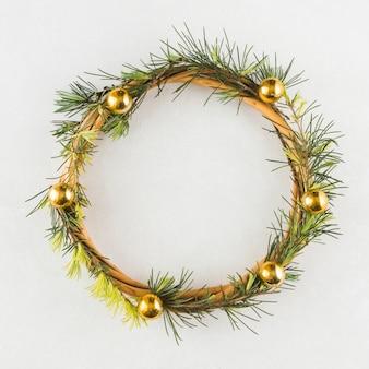 白いテーブルにクリスマスの花輪