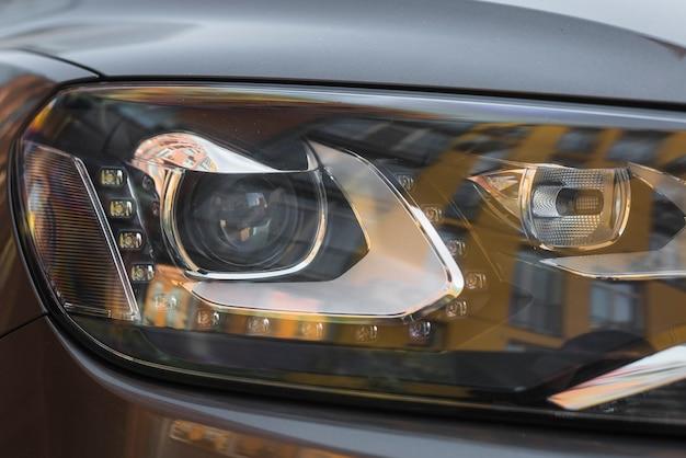 新しい灰色の自動車のヘッドライト