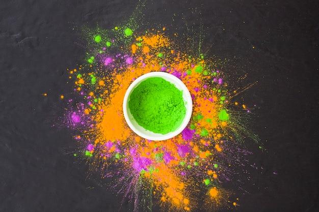 ブラックテーブル上に緑色の粉を入れたプレート