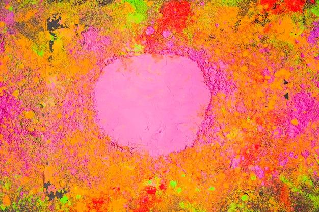 テーブルに散らばったピンクの粉
