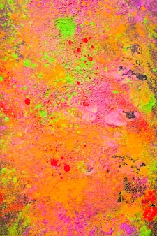 テーブルに散らばったオレンジ色の粉