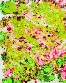 カラフルなライトグリーンの赤い水