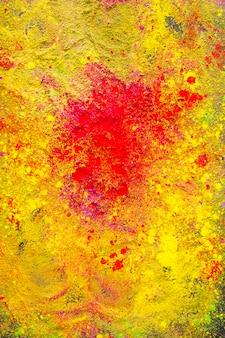 黄色の粉の上に赤いスプラッシュ