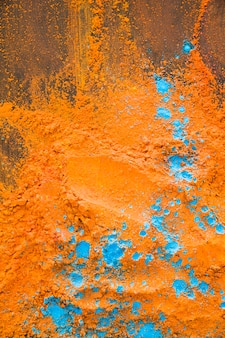 テーブルにオレンジブルーの粉