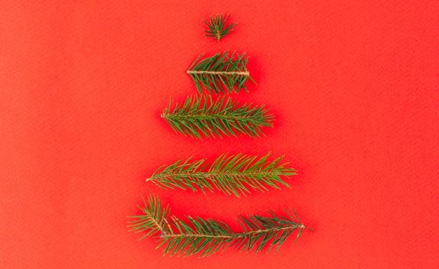 緑の枝からのクリスマスツリー