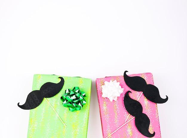 Подарочные коробки с бумажными усами