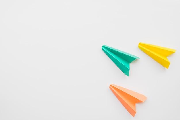折り紙のカラフルな飛行機