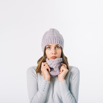 スカーフを調節するかわいい女性