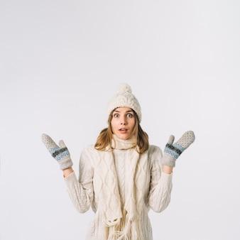 暖かい衣服の衝撃を受けた女性