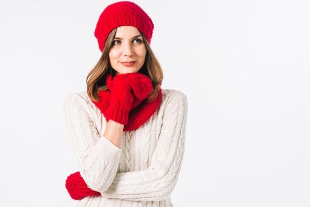暖かい服を着た思慮深い女性