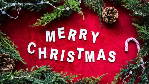 メリークリスマスのタイトルと緑の針葉樹の枝
