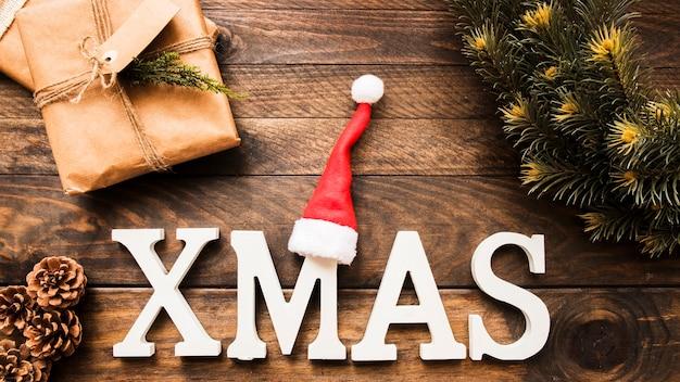 針葉樹の小枝の近くのクリスマスの碑文、