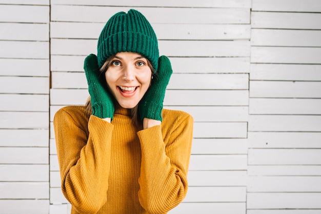 耳を覆うセーターの女性