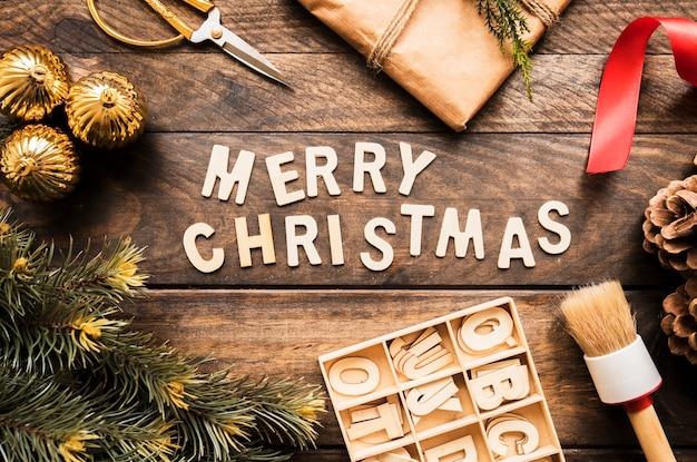 針葉樹の小枝、プレゼントボックス、手紙の近くのメリークリスマスの碑文
