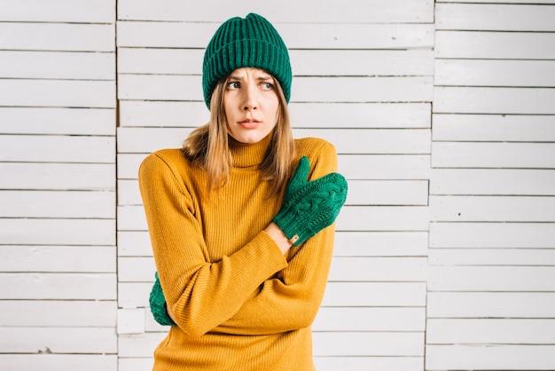 暖かい服の凍った女性
