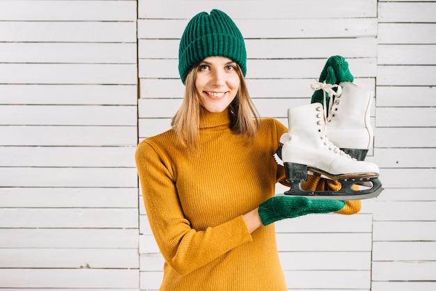 女性、セーター、保有物、スケート