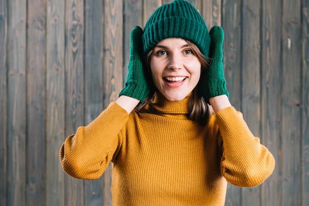 耳を覆う帽子の女性