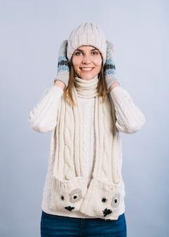 耳を覆う暖かい服の女性