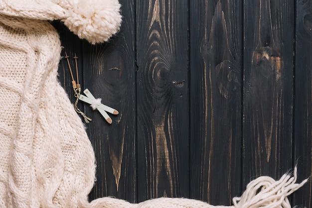 暖かい服と小さなおもちゃの空