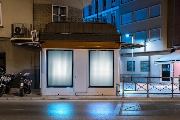 通りの近くの壁に広告のための輝く看板