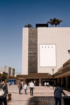市内の建物の壁に長方形の白い看板