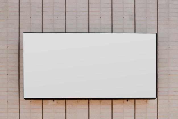 縞模様の壁に長方形の白いブランクの看板