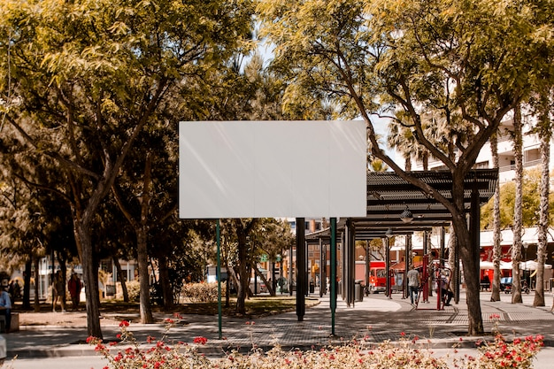 街の通りに白い空白の看板