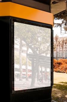 Отражение улицы города на белом пустой рекламный щит