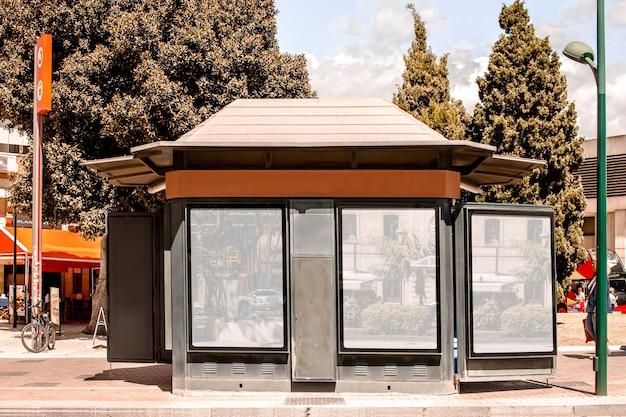 市内の広告看板が付いている店の外観