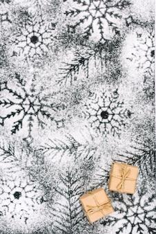 粉状の砂糖の雪の上に小さなプレゼント