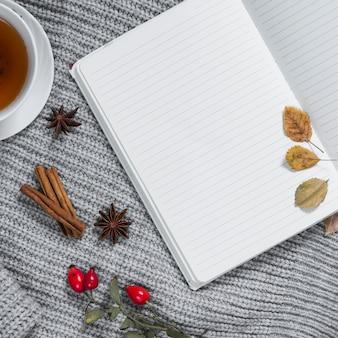 秋の装飾が施されたノートブックのページを開く